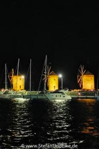 Windmühlen am Mandraki-Hafen in Rhodos-Stadt, Insel Rhodos, Griechenland
