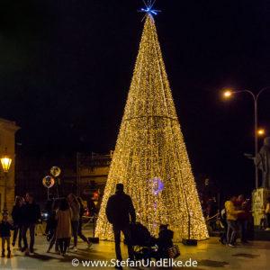 Geschmückte Straßen zur Weihnachtszeit