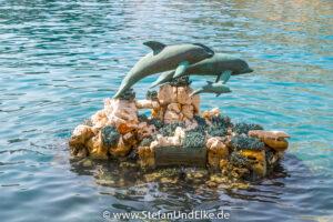 Griechenland, Urlaub, Kleine Delfinstatue im Hafen von Kastellorizo