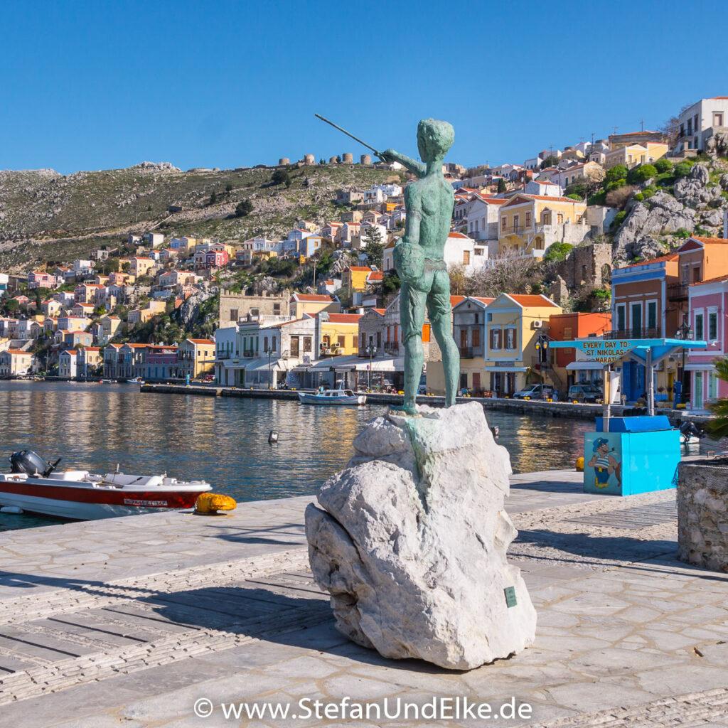 Die Statuen des Schwammtauchers und des Fischerjungen in Gialos